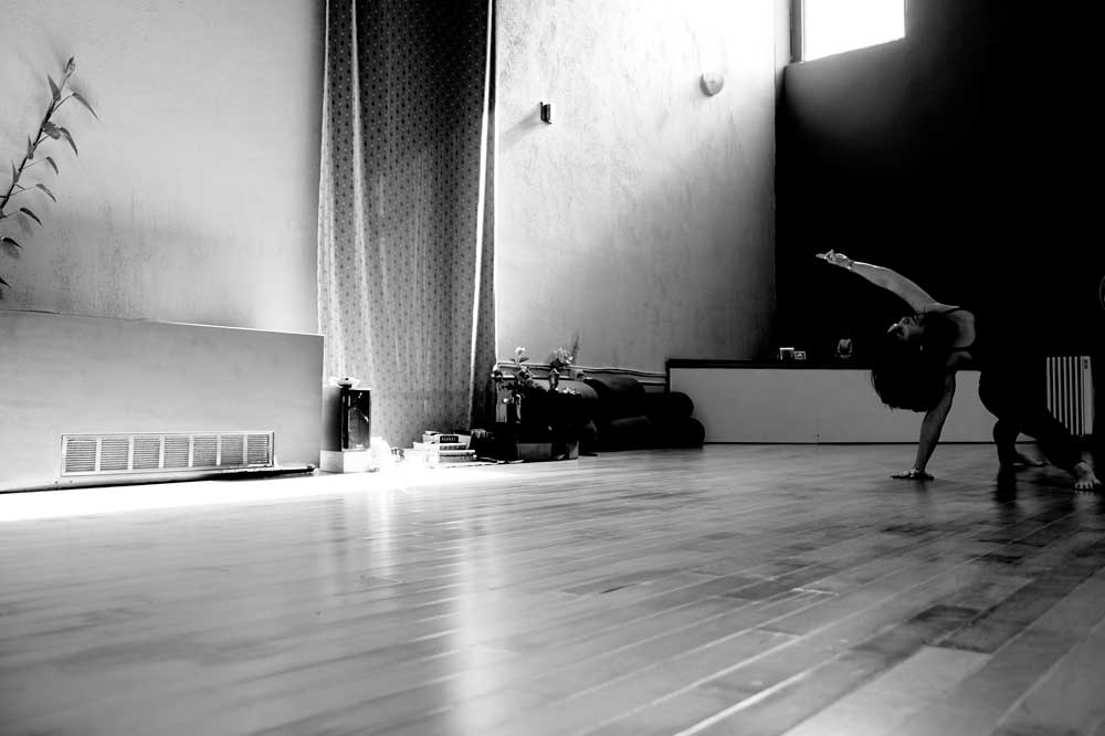 Black and white image of Knekoh Frugé practicing in the studio